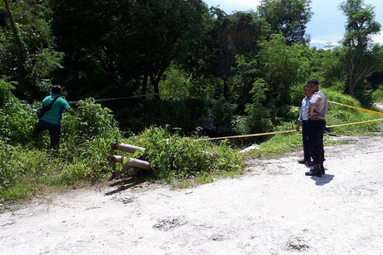 Polisi sedang memasang garis polisi di tempat pembuangan sampah limbah medis milik Rumah Sakit Umum (RSU) SK Lerik Kota Kupang, Nusa Tenggara Timur (NTT)