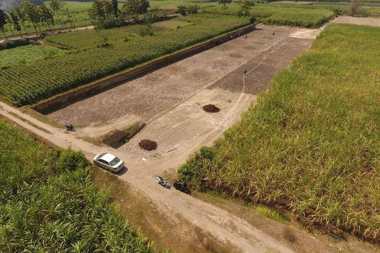 Hasil foto udara lokasi penemuan situs purbakala di Dusun Kedaton, Desa Bulurejo, Kecamatan Diwek, Kabupaten Jombang, Jawa Timur, oleh tim dari Badan Pelestarian Cagar Budaya (BPCB) Jawa Timur.
