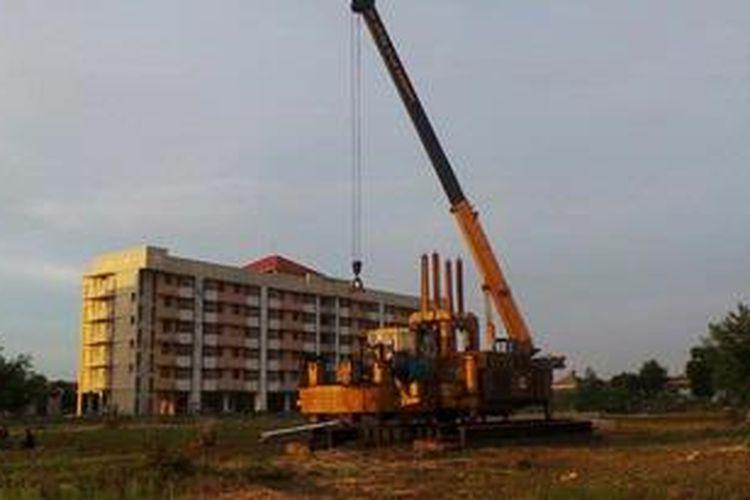 Alat berat di halaman rumah susun Pulo Gebang, Jakarta, Jumat (7/6/2013). Di lokasi itu akan dibangun dua rusun baru.