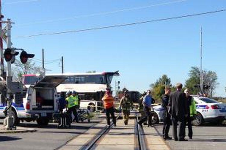 Kondisi bus tingkat setelah tertabrak kereta api di Ottawa, Kanada, Rabu (18/9/2013). Enam orang tewas dalam kecelakaan itu.