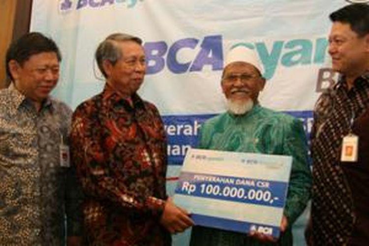 Direktur PT Bank Central Asia Tbk (BCA) Suwignyo Budiman (kedua kiri) didampingi Komisaris BCA Syariah Joni Hardijanto (kiri) dan Wakil Presiden Direktur BCA Syariah John Kosasih (kanan) berbincang-bincang usai menyerahkan bantuan dana CSR senilai Rp 100 juta kepada Ketua Pengurus Lembaga Amil Zakat (LAZ) Sidogiri Mahmud Ali Zain (kedua kanan) di Pasuruan, Jawa Timur, Senin (27/04/2015).