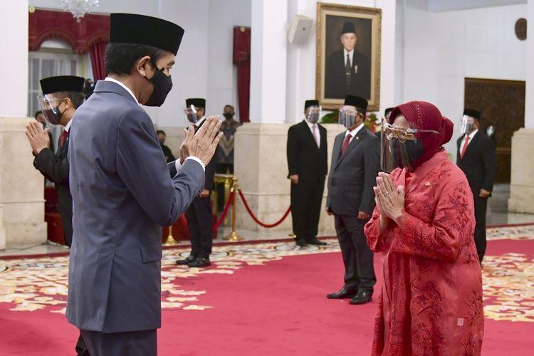 Presiden Joko Widodo (kiri) memberikan ucapan selamat kepada Menteri Sosial Tri Rismaharini (kanan) saat upacara pelantikan menteri Kabinet Indonesia Maju di Istana Negara, Jakarta, Rabu (23/12/2020). Presiden melantik enam menteri untuk menggantikan posisi menteri lama (reshuffle) dan lima wakil menteri, diantaranya Tri Rismaharini sebagai Menteri Sosial, Sakti Wahyu Trenggono sebagai Menteri Kelautan dan Perikanan, Yaqut Cholil Qoumas sebagai Menteri Agama, Budi Gunadi Sadikin sebagai Menteri Kesehatan, Sandiaga Salahudin Uno sebagai Menteri Pariwisata dan Ekonomi Kreatif serta M Lutfi sebagai Menteri Perdagangan. ANTARA FOTO/BPMI Setpres/Muchlis Jr/hma/hp.