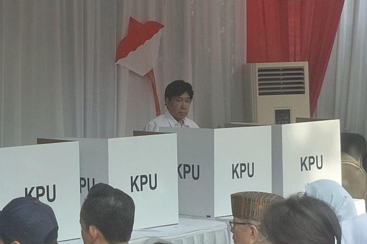 Putra bungsu Presiden Soekarno, Guruh Soekarnoputra, menggunakan hak pilihnya di TPS yang sama dengan calon wakil presiden Sandiaga Uno, yakni TPS 002, di Jalan Sriwijaya 2, Kebayoran Baru, Jakarta Selatan, Rabu (17/4/2019).