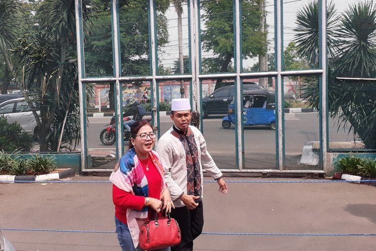 Ibunda Kriss Hatta Tuty Suratinah tiba di LP Cipinang, Jakarta Timur, Minggu (22/12/2019). Kehadiran Ana untuk menjemput Kriss Hatta yang bebas usai mendekam selama lima bulan atas kasus penganiayaan.