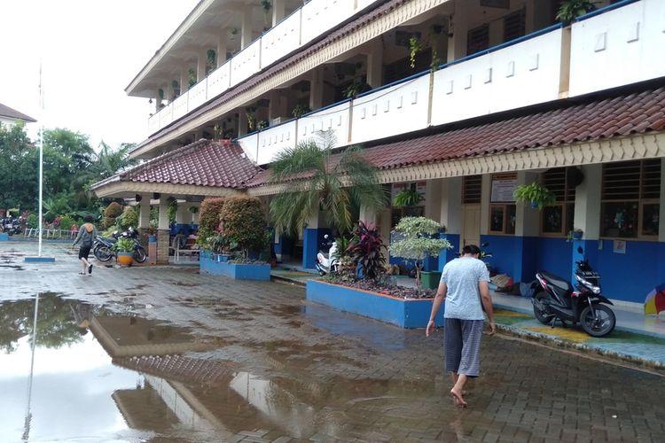 warga Kemang yang terkena banjir mengungsi di SDN Bangka 07 Pagi, Selasa (25/2/2020)