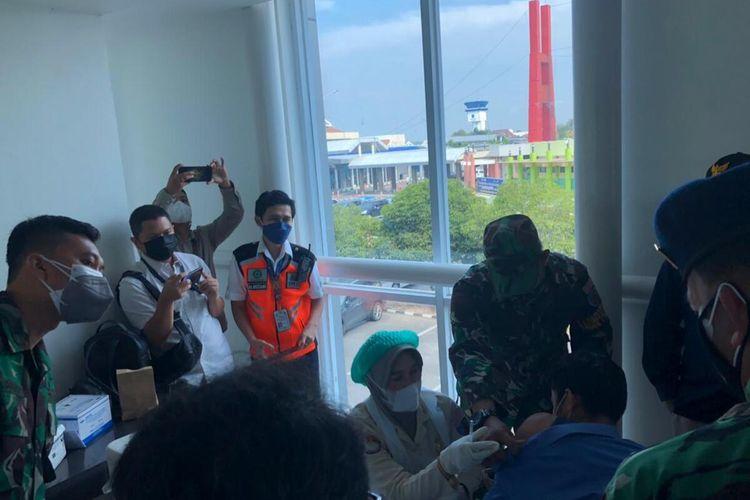 Penumpang Bandara SMB II Palembang disuntik vaksin Covid-19 sebelum berangkat. Vaksinasi sebagai salah satu syarat bagi penumpang, Senin (5/7/2021).