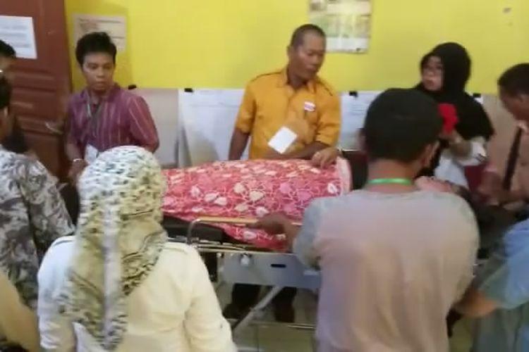 Ketua Panwascam Kecamatan Ujung, Kota Parepare, Sulawesi Selatan, Marwani, saat dirawat di Puskesmas Ujung, Makassar, Rabu (24/4/2019).