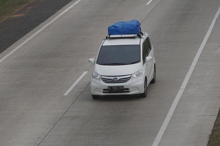 Ilustrasi mobil membawa barang bawaan di atap