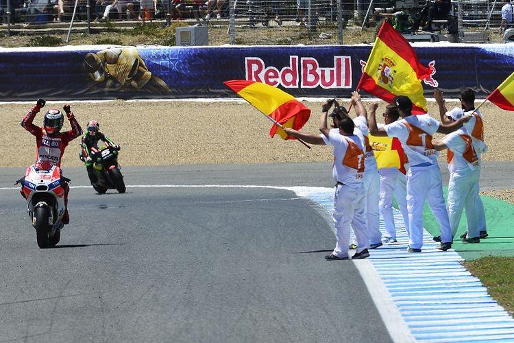 Pebalap Ducati, Jorge Lorenzo (kiri), mengangkat tangannya setelah finis di urutan ketiga pada balapan GP Spanyol di Sirkuit Jerez, Spanyol, Minggu (7/5/2017).