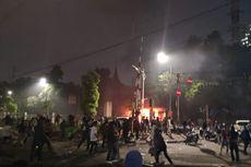 Massa Tak Berjaket Almamater Lempari Batu ke Belakang DPR