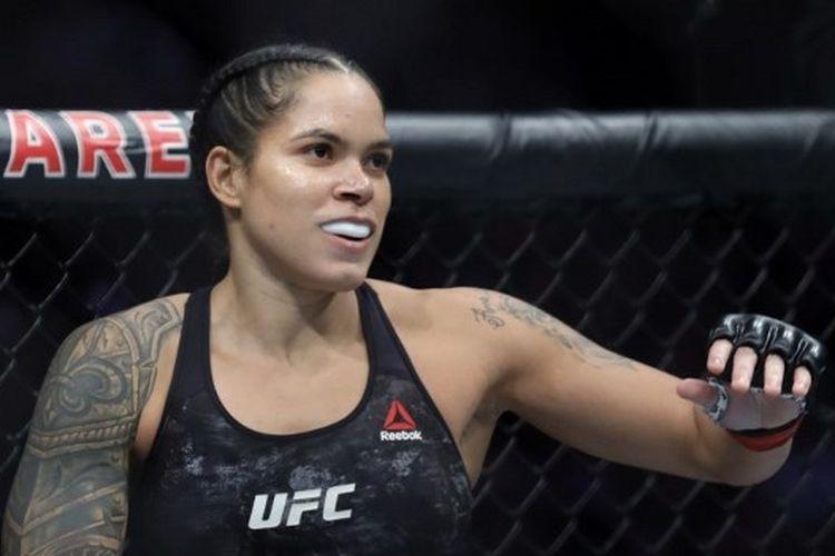 Amanda Nunes ketika bertarung menghadapi Germaine de Ranamie pada ajang UFC 245 yang digelar di T-Mobile Arena, Las Vegas, Nevada, Amerika Serikat pada 14 Desember 2019.