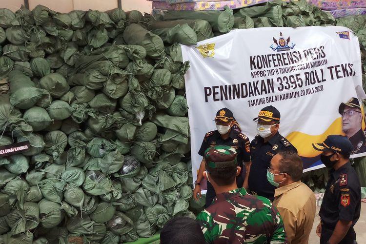 Sebanyak 3.395 roll tekstil yang akan diselundupkan ke Indonesia berhasil digagalkan tim patroli dari Kantor Pengawasan dan Pelayanan Bea dan Cukai Tanjung Balai Karimun.