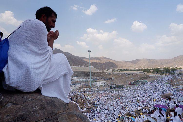 Umat Muslim berdoa saat melaksanakan wukuf di Jabal Rahmah, Padang Arafah, Arab Saudi, Sabtu (10/8/2019). Jemaah haji dari seluruh dunia mulai berkumpul di Padang Arafah untuk melaksanakan wukuf yang merupakan puncak ibadah haji.