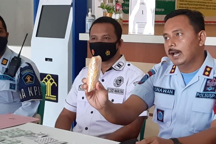 Petugas Lapas Kelas IIB Brebes menunjukan temuan pil hexymer yang diduga dilempar orang dari luar ke dalam kawasan Lapas, Rabu (14/4/2021) (Istimewa)