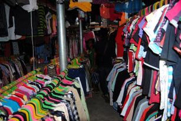 Sejumlah warga di Ambon memburu pakaian bekas di kawasan Mardika, Jumat (6/2/2015).