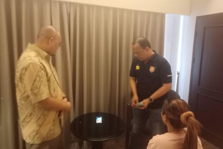 Anggota DPR RI Andre Rosiade bersama tim Ditreskrimsus Polda Sumbar menggerebek prostitusi online di Padang, Minggu (26/1/2020)