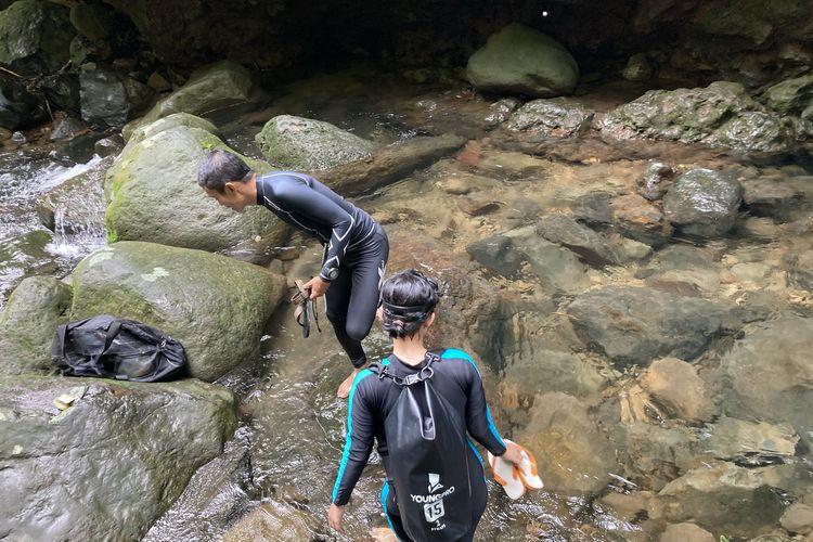 Dua orang wisatawan yang hendak melakukan kegiatan freediving di Curug Balong Endah, Kecamatan Pamijahan, Kabupaten Bogor, Selasa (25/5/2021).