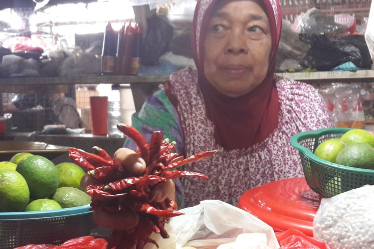 Seorang pedagang di Pasar Dinoyo Kelurahan Merjosari, Kota Malang saat menunjukkan cabai impor, Jumat (3/3/2017)