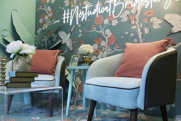 Nestudio menyajikan interior showcase dengan pilihan furnitur bernuansa mint green yang menyegarkan.