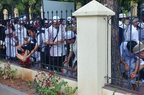 Sidang Masih Berlangsung, Massa Pendukung HTI Shalat Berjemaah di Depan PTUN