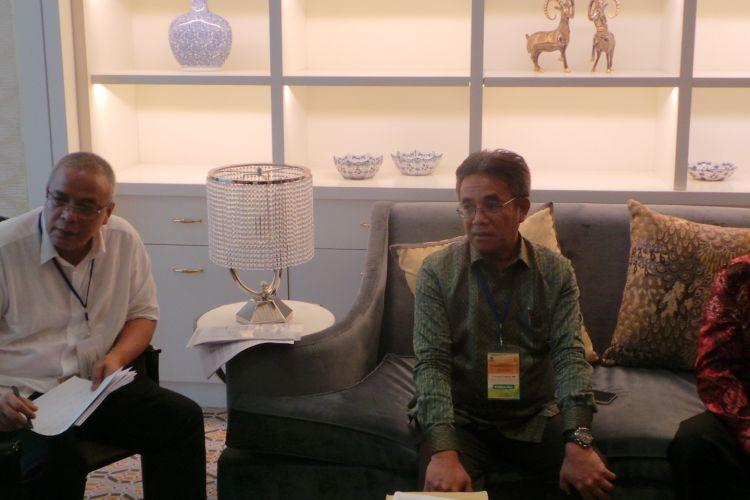 Direktur PT Mutu Hijau Indonesia Robianto Koestomo (pakai batik merah) dan Direktur Jenderal Industri Agro Kementerian Perindustrian Panggah Susanto (samping Robianto), saat konferensi pers mengenai aturan Kementerian Lingkungan Hidup dan Kehutanan tentang pengelolaan lahan gambut, di Hotel Four Season, Jakarta Selatan, Kamis (18/5/2017).