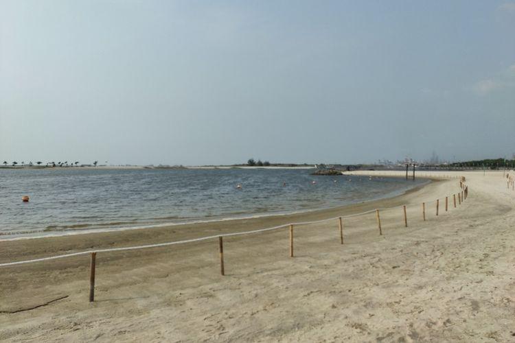 Suasana pantai Ancol yang lengang dan tak ada pengunjung berenang di pantai, Sabtu (27/6/2020). Pihak Ancol melarang adanya aktivitas berenang di pantai selama masa pandemi.