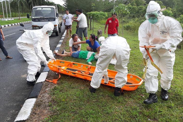 Petugas dengan alat pelindung diri (APD) lengkap saat evakuasi korban lakalantas di Pangkal Pinang, Jumat (27/3/2020).
