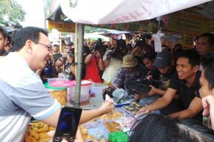 Gubernur DKI Jakarta Basuki Tjahaja Purnama saat melakukan inspeksi mendadak (sidak) makanan takjil, di Pusat Jajanan Bendungan Hilir (Benhil), Jakarta Pusat, Sabtu (27/6/2015).