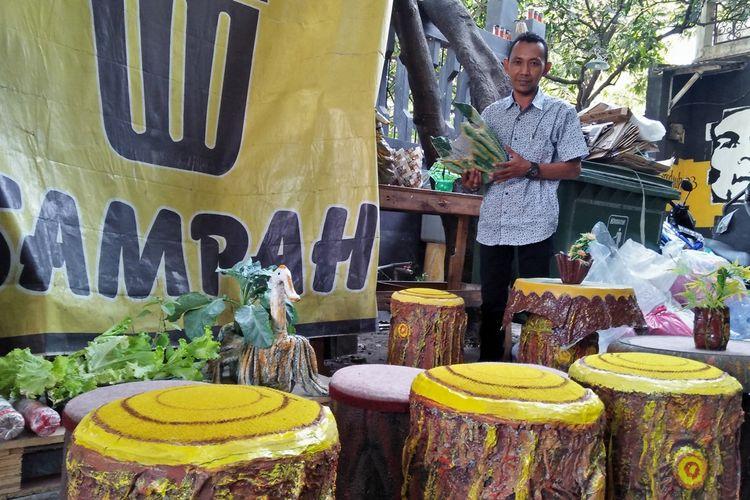Beberapa hasil kerajinan daur ulang sampah, juga ikut dipamerkan di warkop sampah milik Nunki Abdurrahman.