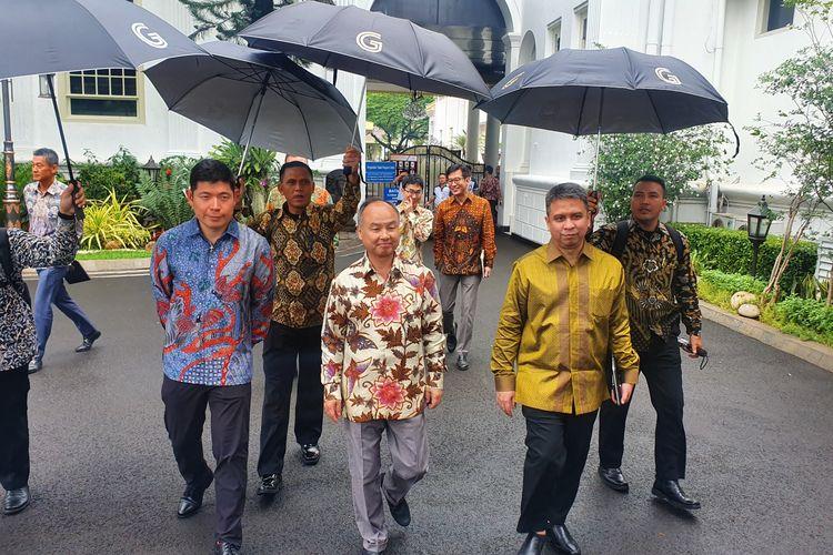 Presiden Softbank Masayoshi Son usai bertemu Presiden Joko Widodo di Istana Merdeka, Jakarta, Jumat (10/1/2020).