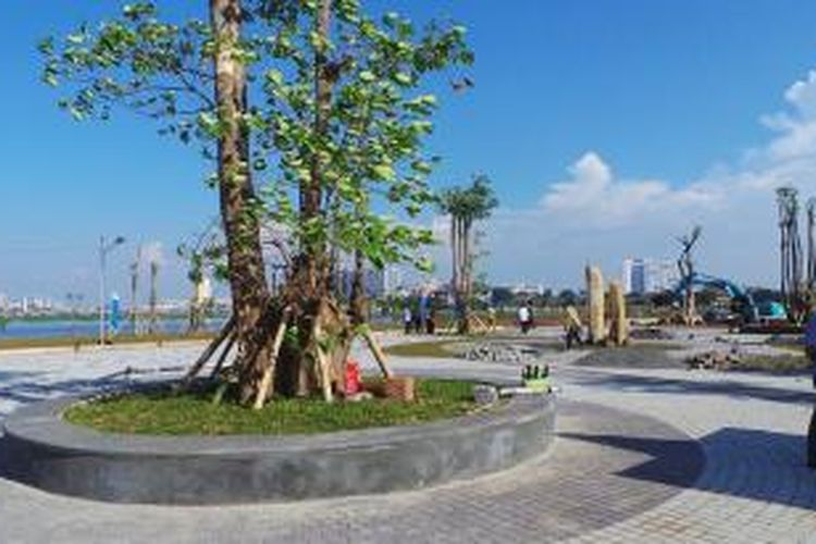 Suasana sisi barat Waduk Pluit, Penjaringan, Jakarta Utara, yang tengah dalam proses perubahan menjadi ruang terbuka hijau, Jumat (16/8/2013). Perubahan akan dilakukan dalam empat tahap.