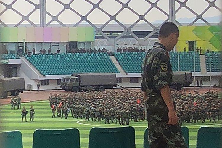 Pasukan paramiliter China berkumpul di Stadion Shenzhen Bay yang berbatasan dengan Hong Kong pada 15 Agustus 2019. Kedatangan ribuan personel itu menimbulkan spekulasi bahwa Beijing bersiap masuk secara langsung ke Hong Kong.