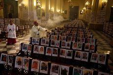 Uskup Agung Ini Pimpin Misa di Katedral Berisi Foto Korban Meninggal Covid-19
