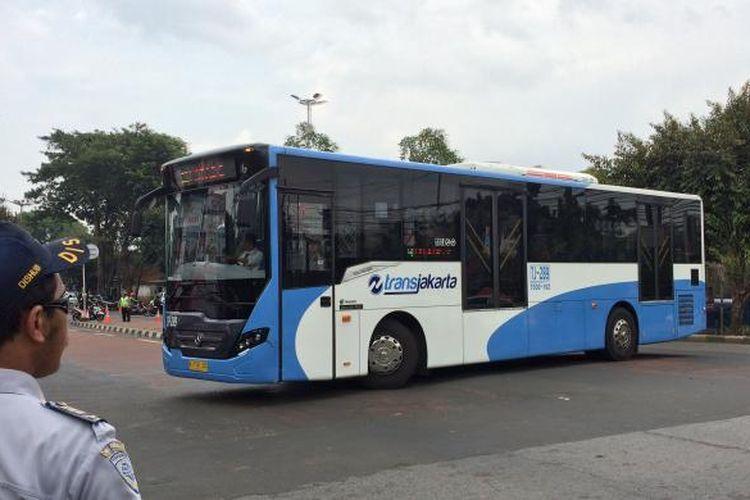 Bus Transjakarta arah Ragunan berputar arah di lampu lalu lintas Kementerian Pertanian, Jakarta Selatan, Selasa (3/1/2017). Bus transjakarta hanya sampai Halte SMK 57 karena ada penutupan jalan di Jalan RM Harsono, Jakarta Selatan.