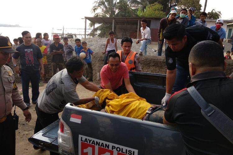 Suhendra terduga pelaku pencurian motor ditemukan tewas mengambang diperairan sungai Musi, usai melompat dari atas jembatan Musi II Palembang. Jenazah Suhendra kini dibawa ke Rumah Sakit Bhayangkara Palembang, untuk dilakukan autopsi, Minggu (12/8/2018)