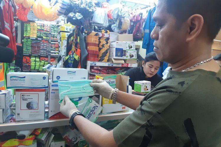 Asong pedagang masker di LTC Glodok, Jakarta Barat, Senin (2/3/2020)
