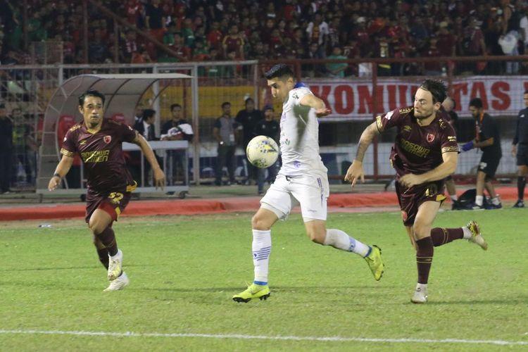 Aksi Esteban Vizcarra pada pertandingan PSM vs Persib yang berlangsung di Stadion Andi Mattalatta, Mattoangin, Makassar.