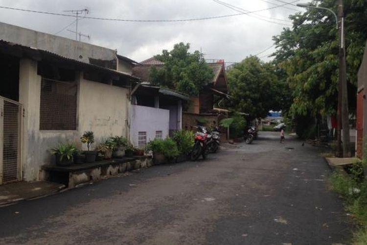 Kondisi salah satu sudut di Kompleks Permata atau yang juga dikenal dengan nama Kampung Ambon, Cengkareng, Jakarta Barat, Senin (25/1/2016) petang.