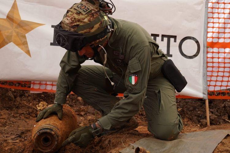Tim Gegana Italia ketika menjinakkan bom era Perang Dunia II milik Inggris yang ditemukan di kota Brindisi pada MInggu (15/12/2019). Sebanyak 54.000 warga harus dievakuasi menyusul penemuan bom tersebut.