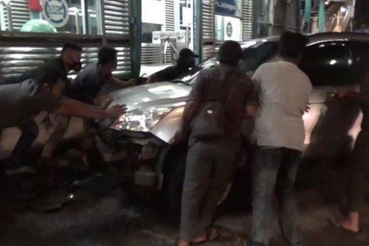 Sebuah mobil menabrak halte Transjakarta di Jalan Raya Jatinegara Timur, Jatinegara, Jakarta Timur, pada Senin (8/3/2021) malam.