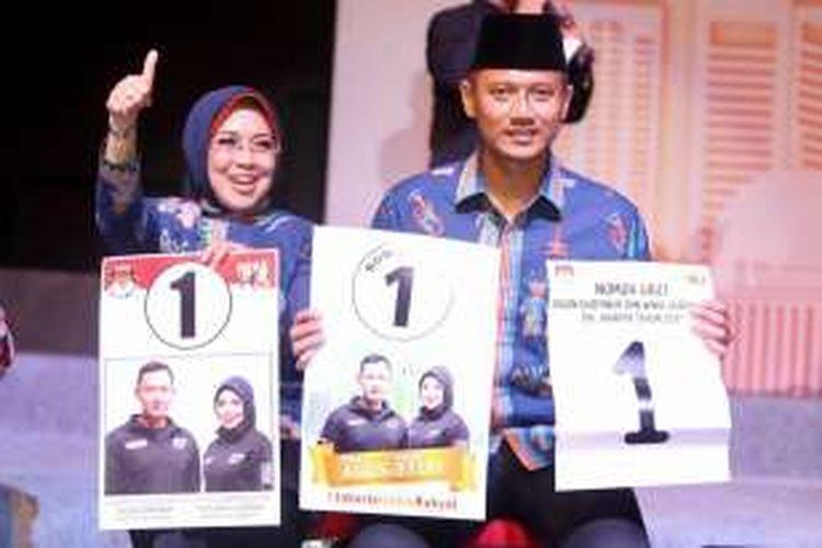 Pasangan calon cagub-cawagub Agus Yudhoyono-Sylviana Murni, berfoto bersama seusai acara pengundian nomor urut pasangan cagub dan cawagub, di JIExpo Kemayoran, Jakarta, Selasa (25/10/2016) malam. Acara pengundian nomor urut ini dihadiri oleh ribuan pendukung dari ketiga pasang calon.