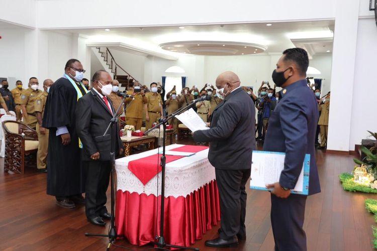 Wakil Gubernur Papua, Klemen Tinal melantik Doren Wakerkwa sebagai Pj Sekda Papua, Jayapura, Senin (1/3/2021)