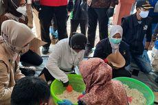 Kunjungi Korban Banjir Jember, Risma Bantu Masak di Dapur Umum