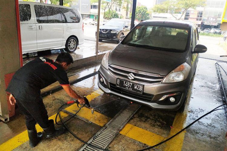 Cuci mobil tanpa sentuh.