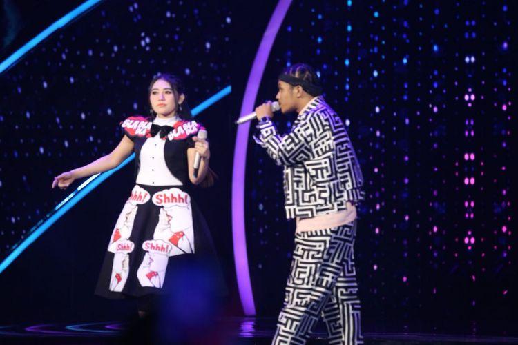 Penyanyi dangdut Via Vallen berduet dengan Kevin Aprilio di panggung Result and Reunion Show Indonesian Idol 2018 yang digelar di Ecovention Taman Impian Jaya Ancol, Jakarta Utara, Senin (23/4/2018).