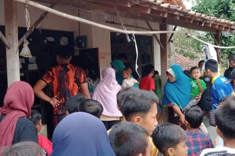 Sejumlah tetangga PA (10) bocah yang tewas tenggelam mendatangi rumah duka di Dukuh Lebal Desa Songgom, Kecamatan Songgom Kabupaten Brebes, Jawa Tengah, Kamis (15/10/2020)