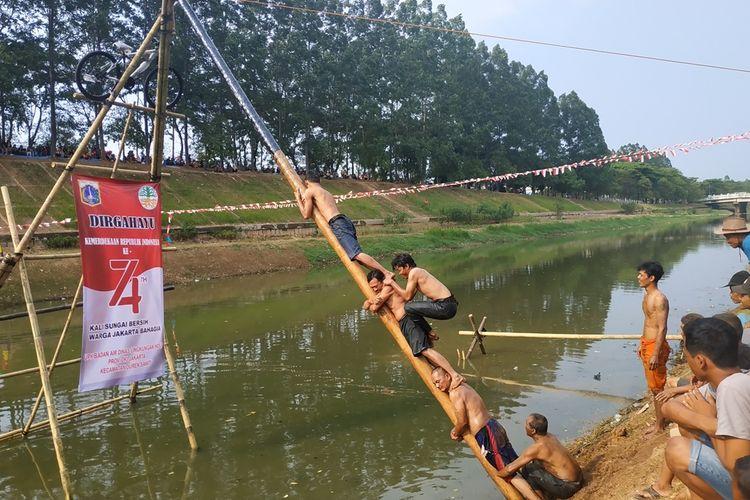 Aneka lomba dihelat di aliran Banjir Kanal Timur, Duren Sawit, Jakarta Timur pada peringatan hari kemerdekaan ke-74 RI, Sabtu (17/8/2019), mulai dari tangkap bebek hingga panjat pinang di aliran air.