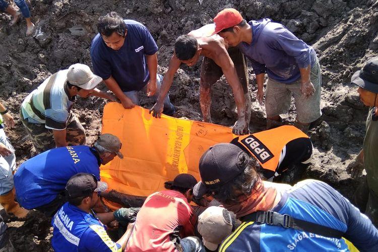 Proses pengangkatan dua penambang yang tewas, Darmadi (39) dan Abdul Rahman (46), di Desa Selinsing, Belitung Timur, Kepulauan Bangka Belitung, Sabtu (27/7/2019).