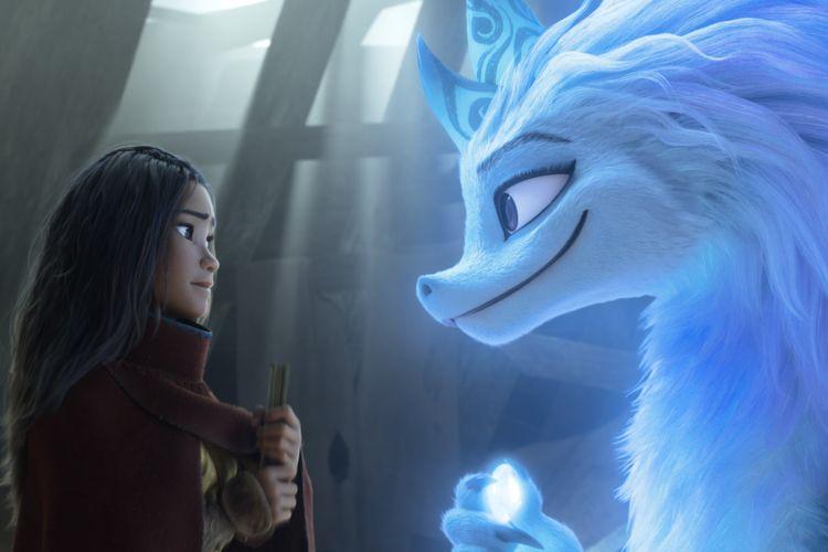 Raya meminta bantuan naga yang legendaris, Sisu. Suara Raya diisi oleh aktris Kelly Marie Tran sedangkan Sisu oleh Awkwafina.