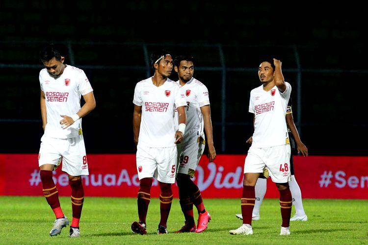 Pemain PSM Makassar sebelum bertanding melawan PSIS Semarang pada laga pertama babak 8 besar Piala Menpora 2021 yang berakhir adu penalti dengan skor 2-4 di Stadion Kanjuruhan Kabupaten Malang, Jawa Timur, Jumat (09/04/2021) malam.